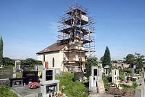 Oprava kostelní věže v Sedlici u Praskačky, 20. září 2010.