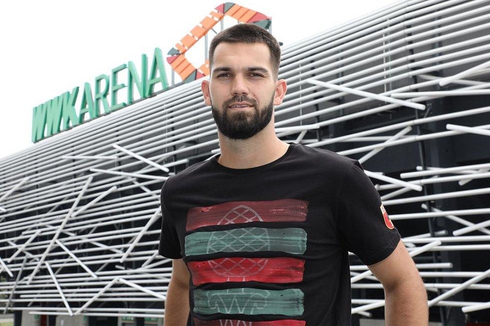 Na nové adrese. Brankář Tomáš Koubek po přestupu do Augsburgu zapózoval před stadionem svého nového klubu. V dalším působišti podepsal smlouvu na pět let.