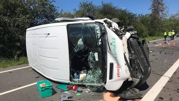 Tragická dopravní nehoda: muž zemřel, žena byla letecky transportována do nemocnice.