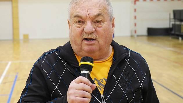 Hlasatel - komentátor v akci. Bohumil Lemfeld s mikrofonem v ruce během halového fotbalového turnaje Šampáňo Cup, který se koná tradičně před Vánocemi v Předměřicích nad Labem.