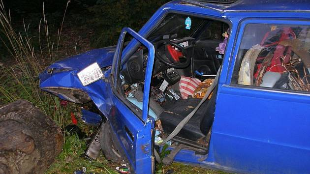 V pátek ráno došlo v průmyslové zóně v Chlumci nad Cidlinou k dopravní nehodě osobního vozidla. Škoda 120 sjela ze silnice a narazila do kmene poraženého stromu. Řidič vozidla utrpěl zranění a byl ošetřen záchranou službou.