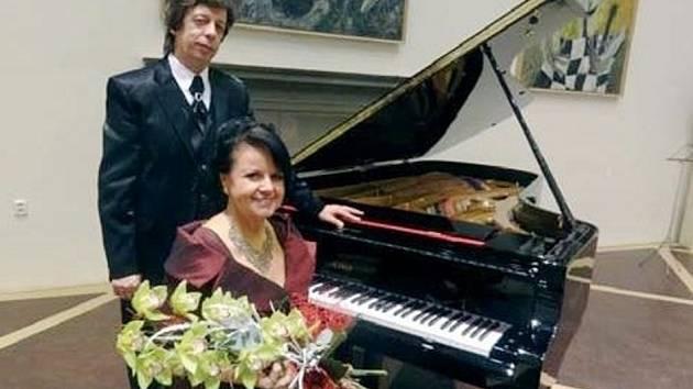 Vladimír Župan a Ema Hubáčková u klavíru.