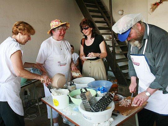 Soutěž ve vaření halušek na Šrámkově statku v Pileticích.