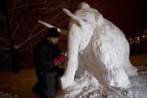 Pravěkého mamuta měřícího přes dva metry vytvářel Jaroslav Svoboda ze sněhu téměř sedm hodin.
