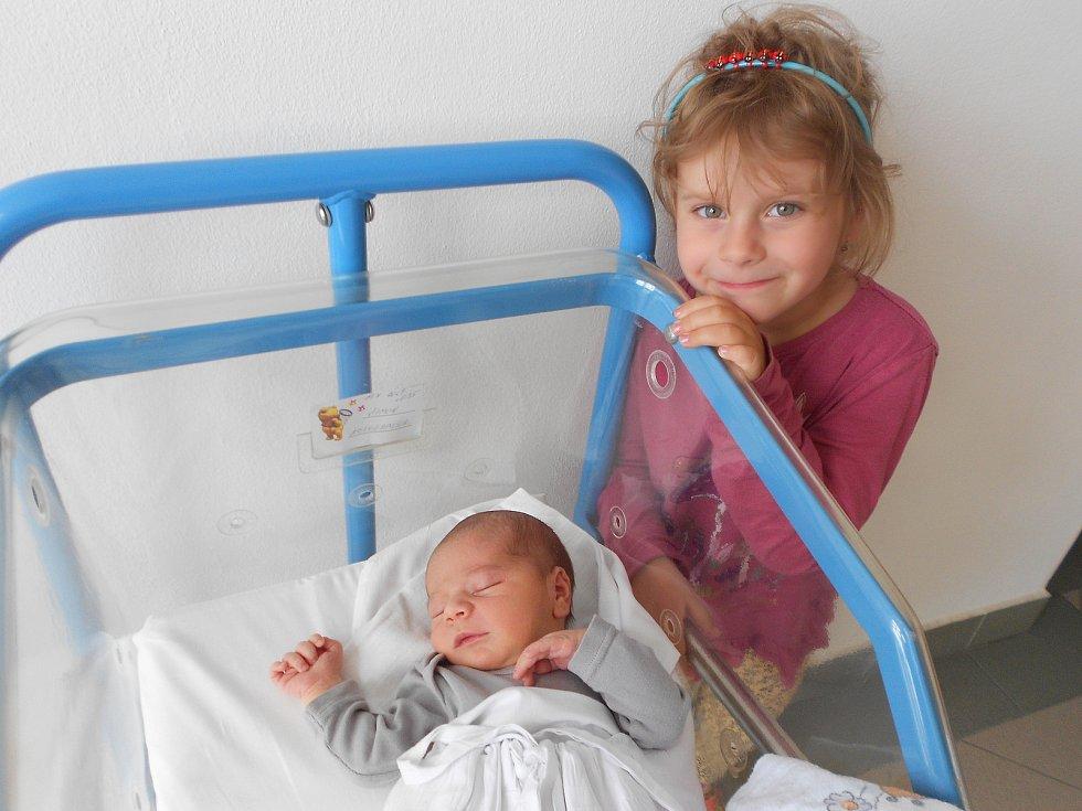 ŠIMON NEUGEBAUER přišel na svět 19. července v 0.35 hodin. Měřil 51 cm a vážil 3510 g. Velikou radost udělal svým rodičům Martině a Milanu Neugebauerovým z Osečnice. Doma se těší sestřička Natálka. Tatínek byl u porodu a zvládl to perfektně.