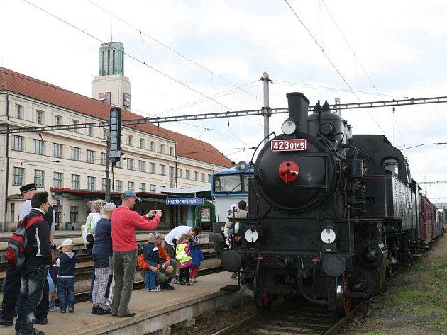 Sobotní jízda historické soupravy Společnosti železniční výtopny Jaroměř, kterou táhla lokomotiva z roku 1937 přezdívaná Velký Bejček.