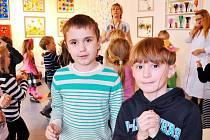 Děti na výstavě Pet-Artu Renaty Filipové v Ateliéru Hudebního divadla dětem.
