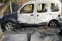 Požár osobního automobilu a kůlny v Krňovicích.