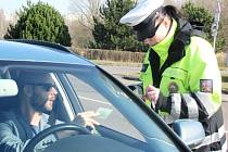 Dopravně bezpečnostní akce policie v ulicích Hradce Králové zaměřená na správné připoutání pásy a zajištění dítěte v autosedačce.