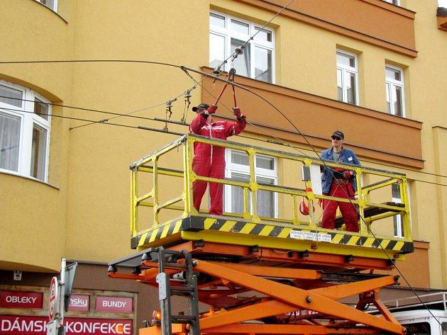 Práce na trolejovém vedení v centru Hradce Králové.