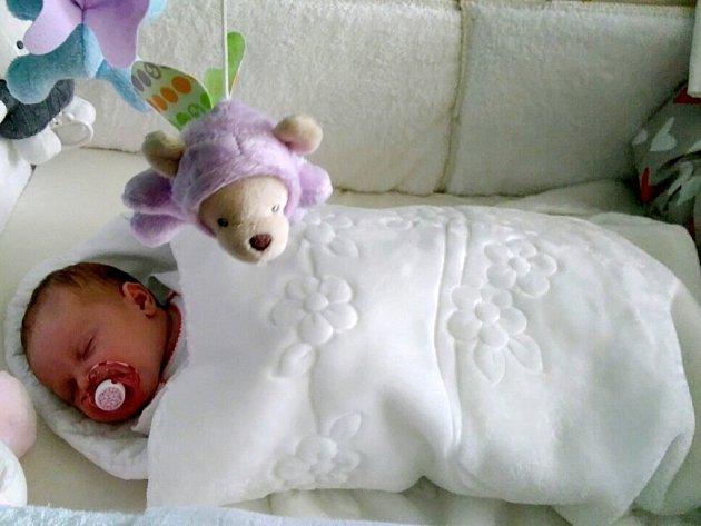 ADÉLKA MLYNÁŘOVÁ se narodila 24. 5. v 18.50 h. Vážila 4290 g a měřila 54 cm. Potěšila rodiče Veroniku Pischovou a Jana Mlynáře.