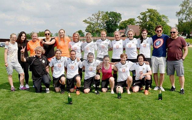 Úspěšný kolektiv - hradecké ženy zvládly utkání roku a zaslouženě postoupily.
