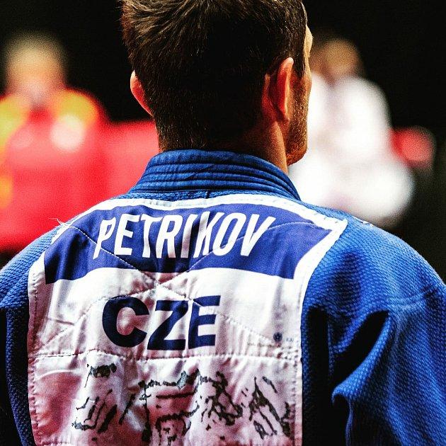 Po mistrovství Evropy vPraze vyslal Pavel Petřikov do světa fotku spřeškrtnutou jmenovkou, což symbolizovalo konec jeho bohaté kariéry.