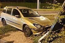 Opilé řidičce se podařilo poškodit nejen své auto, ale i dopravní značku a sloup společnosti McDonald.