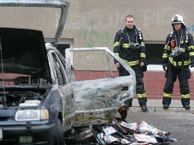 Požár osobních automobilů na parkovišti v Labské Kotlině v Hradci Králové.