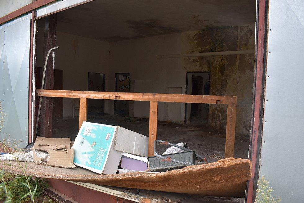 Bývalá prodejna v hradeckých Pláckách vypadá opravdu otřesně.