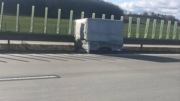 Odstavil vozík na dálnici a odjel. Nenatočili jste ho?