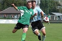 Šlágr krajského přeboru Olympia vs. Jičín. V běžeckém souboji vlevo Antonín Eimer (FC Olympia Hradec), autor čtvrtého gólu, s Michalem Vejvodou (SK Jičín).
