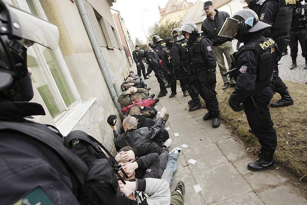 Skupina zadržených neonacistů, kteří na Husově třídě zbili do bezvědomí jednoho Roma