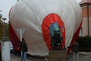 Nouzové přistání balonu na vozovce mezi domy v hradecké Nerudově ulici.