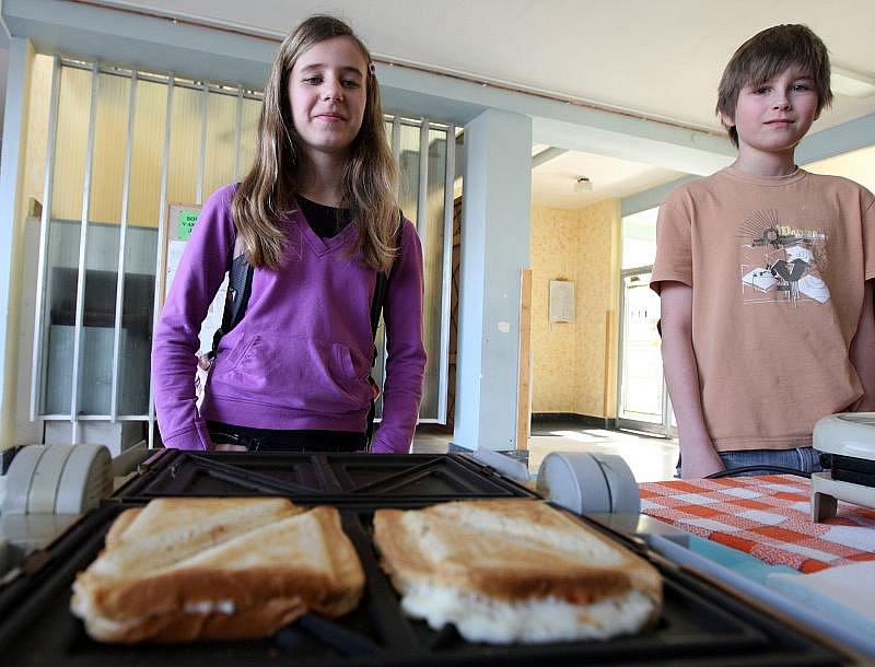 Žáci Základní školy Pouchov prodávali tousty, aby mohli na dálku adoptovat další dítě.