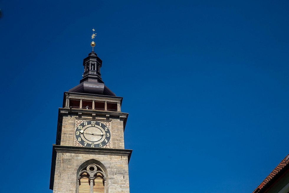 Zvon Augustin na hradecké Bílé věži odzvonil konec nouzového stavu.