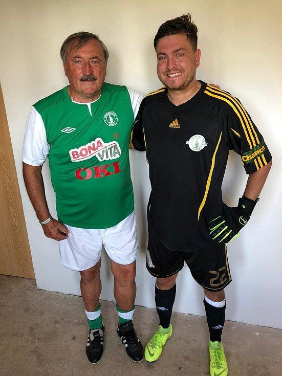 PO BOKU LEGENDY. Na jednom z exhibičních utkání se Jan Šebesta setkal s internacionálem Antonínem Panenkou.