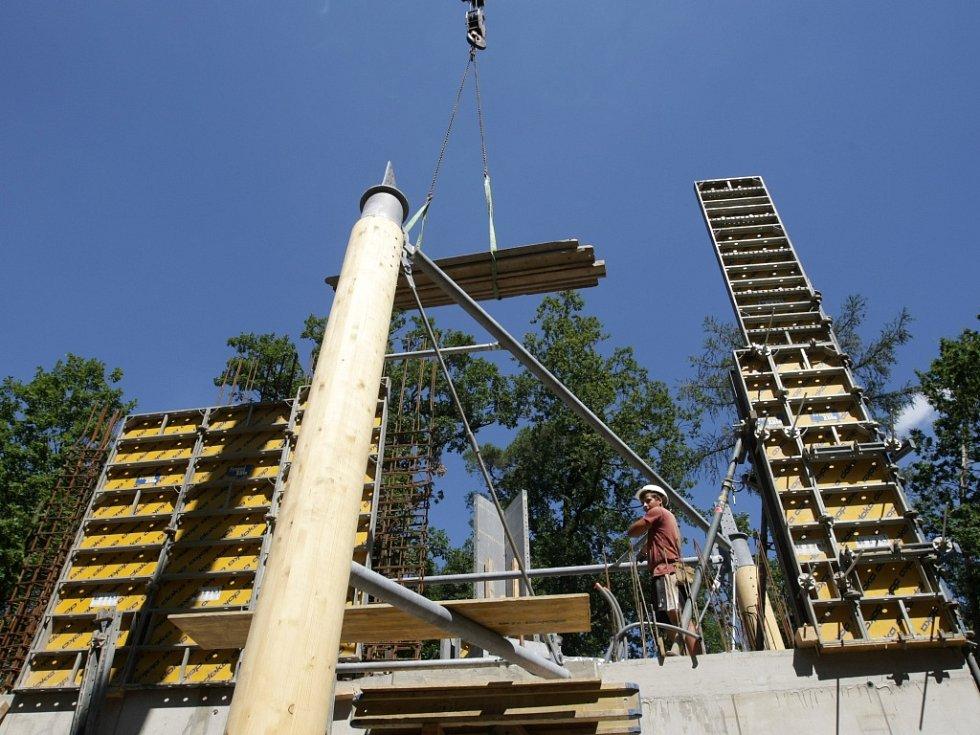 Budování rozhledny na kopci Milíř.