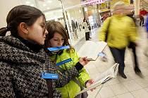 Na dvě minuty se proměnily desítky návštěvníků obchodního centra Futurum v sochy s knížkou v ruce, 12. března 2010.