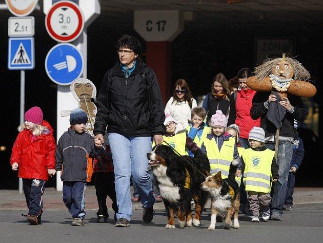 Děti z mateřské školy Daneta na ycházce se symbolickým zbavením se Morany, staroslovanského symbolu smrti a zimy.