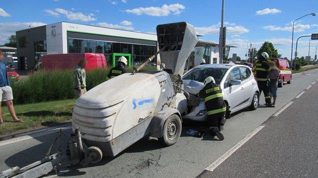 Dopravní nehoda osobního automobilu a dodávky na Rašínově třídě v Hradci Králové.