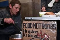 V prosinci rozdávali členové Food Not Bombs teplou polévku a čaj před hradeckým nádražím.