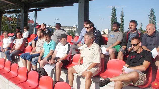 Fotbaloví trenéři bedlivě sledují ukázkovou jednotku žákovského mužstva FC Hradec Králové U12.