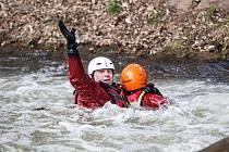 Hasičský kurz záchrany na jezu na řece Úpě u Zvole poblíž Jaroměře.