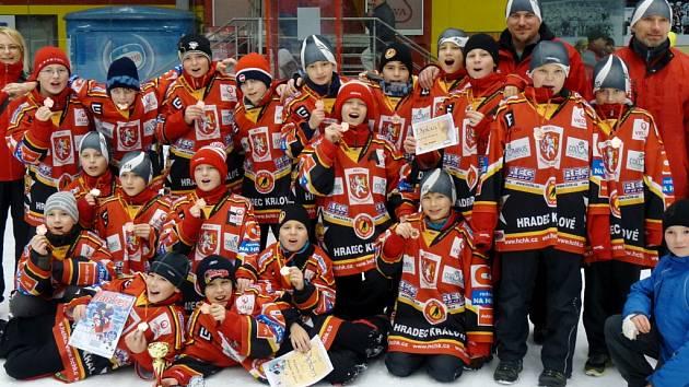 S bronzovými medailemi. Hradečtí žáci ročníku 2001 se právem mohli radovat z třetího místa v turnaji