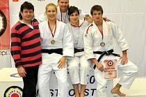 Judo Club Hradec Králové – zleva: trenér Pavel Petřikov, Kristýna Plevová, Hana Kodešová, Eva Koubková a Tomáš Vaníček.