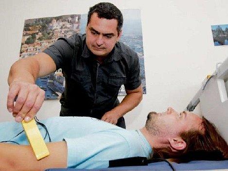OBJEKT ZKOUMÁNÍ. Jan Kříž a jeho spolupracovníci spolu vyvíjejí na univerzitě nemocniční lůžko, které dokáže pacientům změřit tep či hlídat jeho dýchání, aniž by na sobě měli senzory.