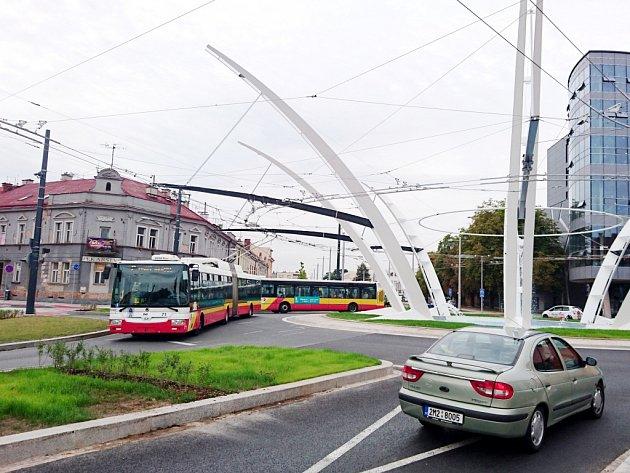 Vozidla hradecké MHD při průjezdu kruhovou křižovatkou Koruna.