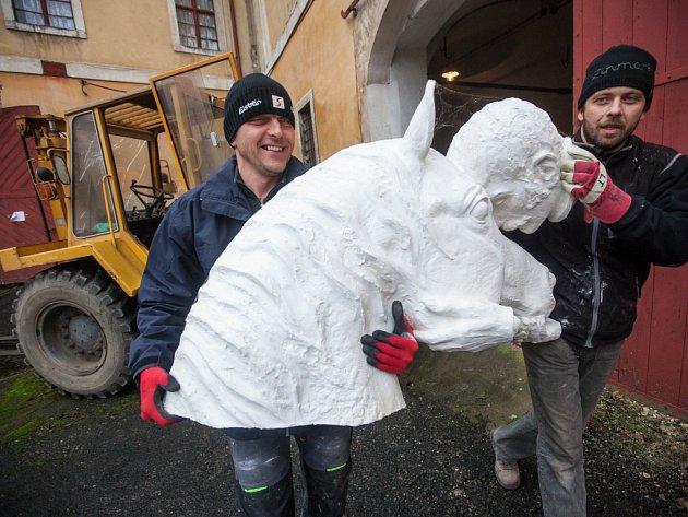 Přesun pomníku padlým koním ze sochařského ateliéru do kovolitectví.