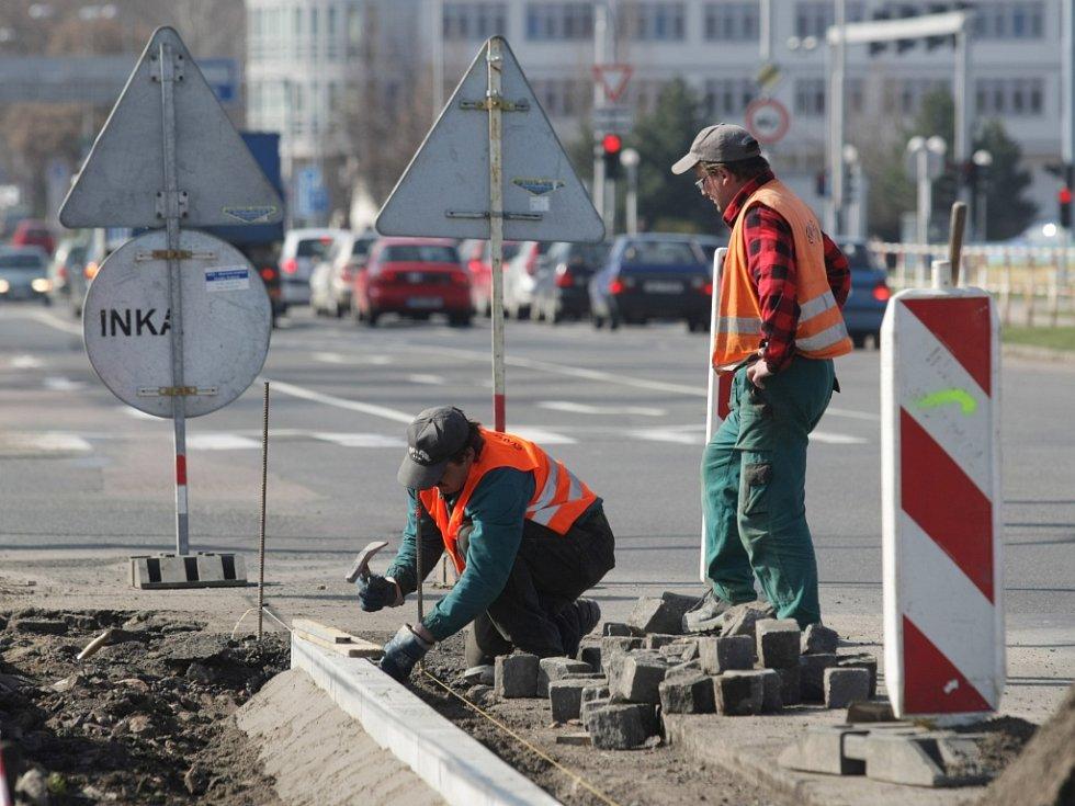 Budování chodníku a cyklostezky v hradecké ulici Jana Černého.