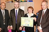 Při předání šeku na 93 670 Kč za loňský Den partnerů OFS Hradec zachyceni zleva Vladan Haleš (místopředseda OFS Hradec), Martin Zbořil (předseda OFS Hradec), Jiřina Chládková (Dětská klinika FN Hradec) a Roman Prymula (ředitel FN Hradec).