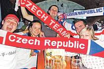 """Nejen na Slovensku přímo na stadionu se fandilo našim hokejistům, ale i v hradeckých barech se rozléhalo mohutné volání """"Češi do toho!"""""""