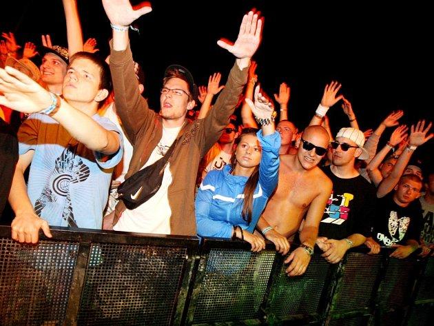 Fanoušci na hudebním festivalu v Hradci Králové.