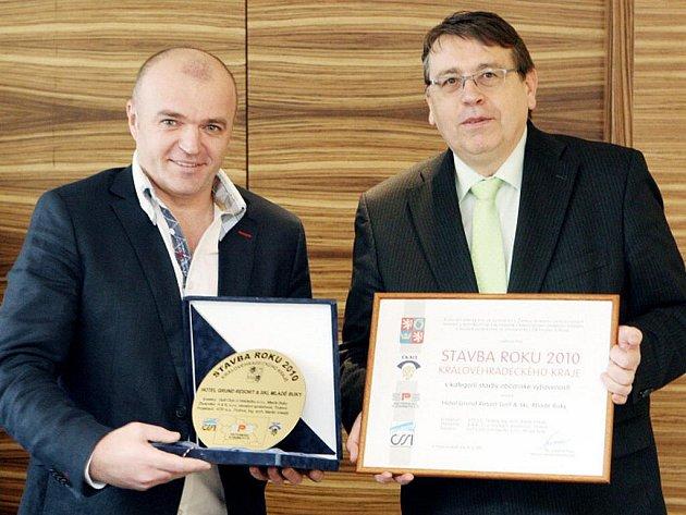 Hejtman  Lubomír Franc (vpravo) předává cenu vítězi soutěže Martinu Vokatému, který  jako projektant za svůj návrh  hotelu Grund Resort získal absolutní prvenství.