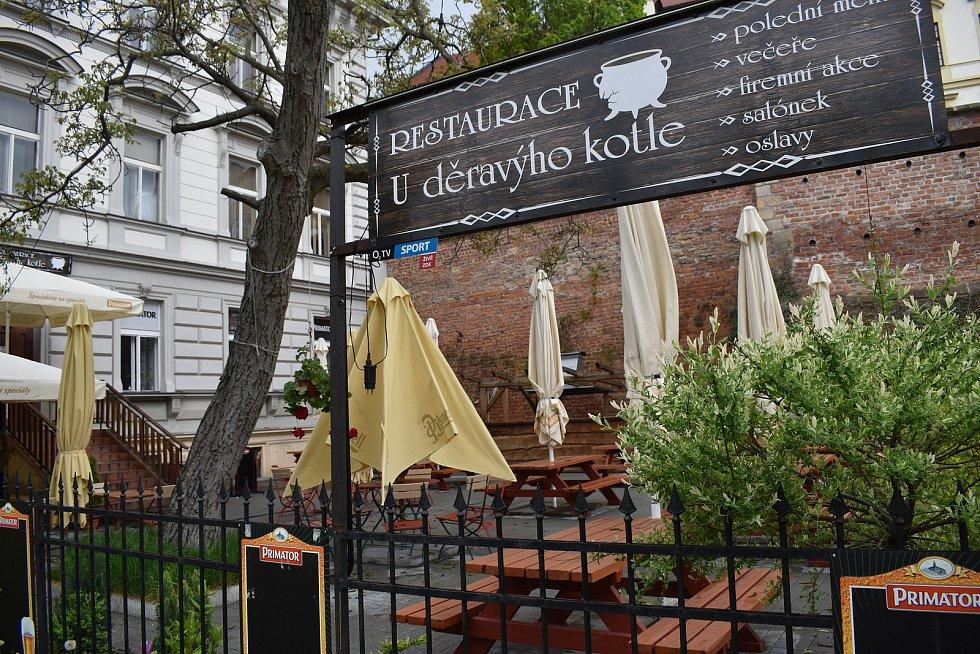 Teprve dva roky je otevřená i zahrádka restaurace U Děravýho kotle pod ikonickým hradeckým schodištěm Bono Publico.