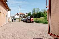 Čelní nakladač v Chlumci nad Cidlinou srazil a usmrtil čtyřleté dítě.