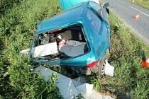 Peugeot odhozený do příkopu.