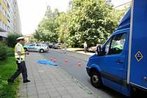 V ulici Polní v Hradci Králové zemřela pod koly nákladního vozidla 84letá chodkyně.