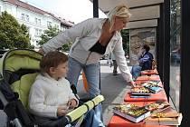 Desítky knih se staly černými pasažéry. Z autobusových zastávek si mohl kdokoli odnést knihu domů.
