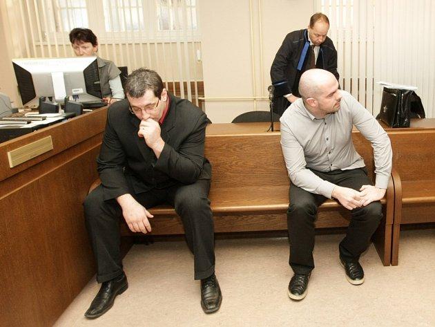 Martin Baloun a Martin Kobrle (zleva) u Krajského soudu v Hradci Králové.